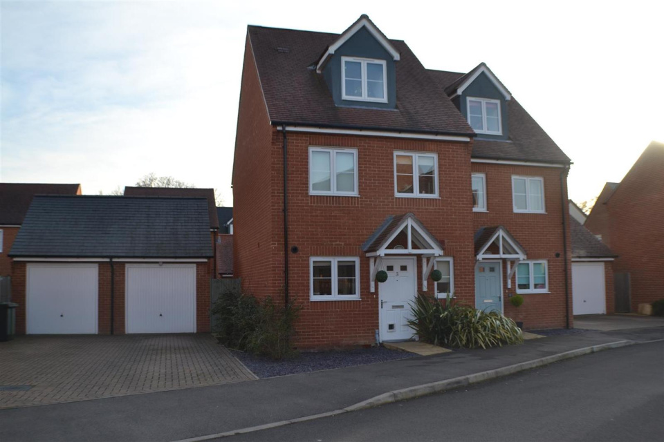 3 Bedrooms Detached House for sale in County Drive, Tadley