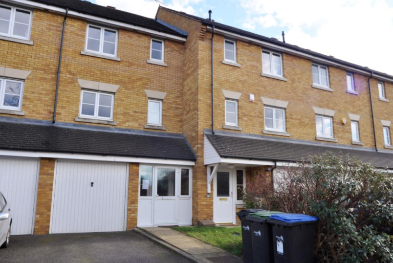 House to let - Westminster Drive, London, N13
