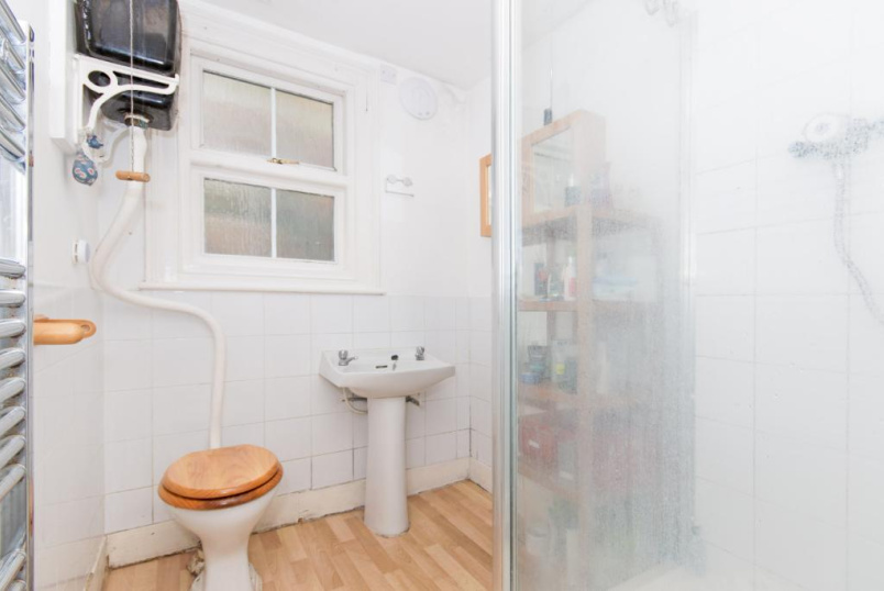Maisonette to let - Haverhill Road, Balham, London, SW12