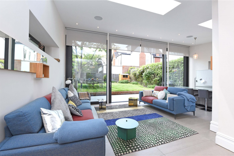 House to let - Lytton Grove, London, SW15