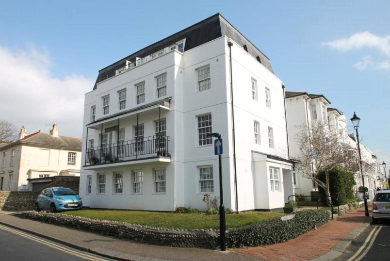 Flat/apartment to let - Grosvenor House, Ambrose Place, Worthing, BN11