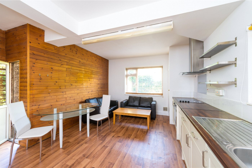 Flat/apartment to let - Lawford Road, London, W4