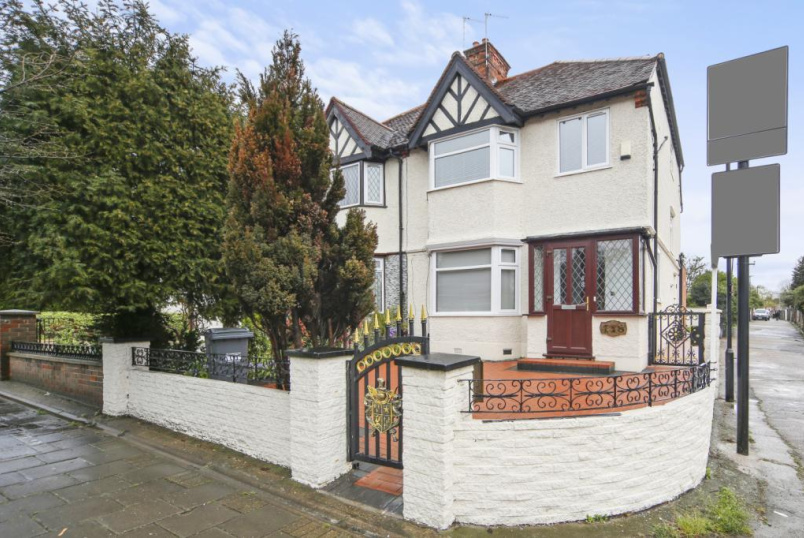 House for sale in Ealing & Acton - Gunnersbury Avenue, London, W3