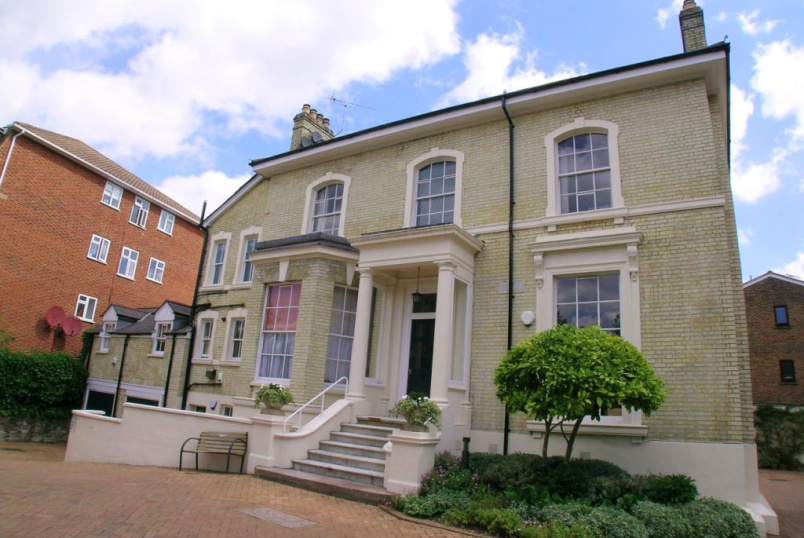 Flat/apartment to rent in Southfields - Parkland Gardens, Inner Park Road, London, SW19