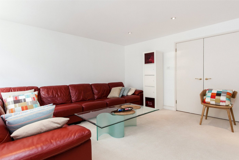 Flat/apartment to rent in Golders Green - Heathview Court, 20 Corringway, London, NW11