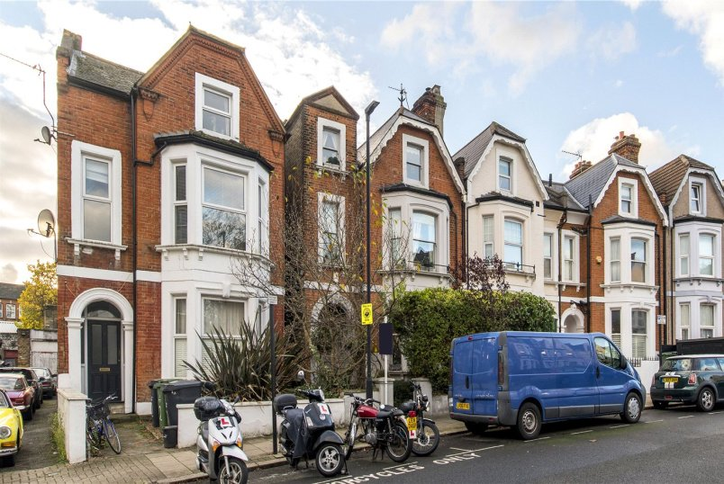 House to rent in Herne Hill - Romola Road, London, SE24