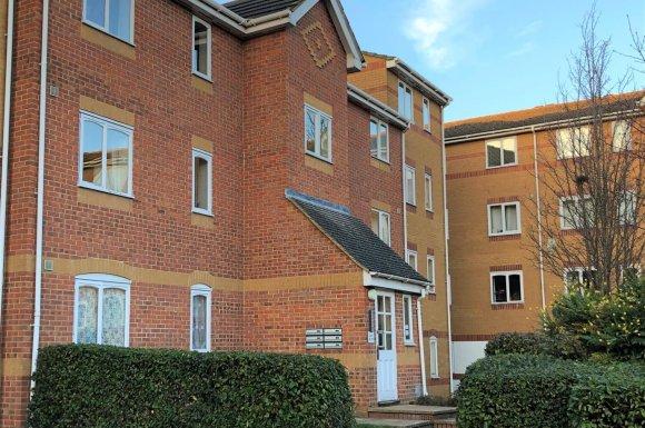2 Bedroom Property For Sale In Ascot Court Aldershot 175 000