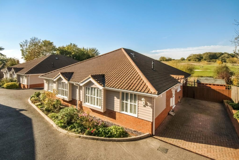 Bungalow to rent in Winchester - Fairway Drive, Olivers Battery, Winchester, Hampshire, SO22