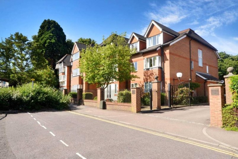 Flat/apartment to rent in Guildford - Burnham Gate, Stoke Road, Guildford, GU1