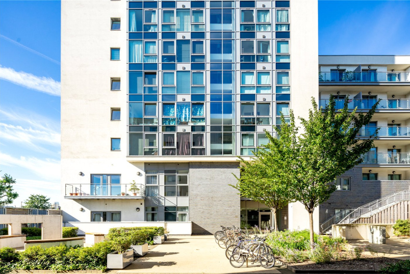 Flat/apartment to rent in Bow - Craig Tower, 1 Aqua Vista Square, London, E3