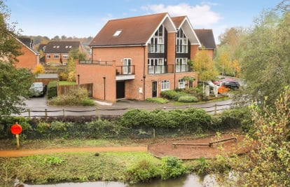 Stunning River Views And Walking Distance To Station/Town.