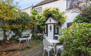 Characterful cottage close to the High Street