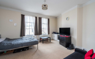 Spacious apartment in the centre of Dorking with pretty views